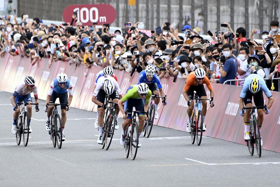 Sprint final à l'arrivée. Alors que l'Équatorien Richard Carapaz avait déjà traversé la ligne fin seul pour remporter l'épreuve, un groupe de huit cyclistes, dont le Canadien Michael Woods (deuxième à partir de la gauche), bataillaient ferme pour mettre la main sur l'argent ou lebronze.