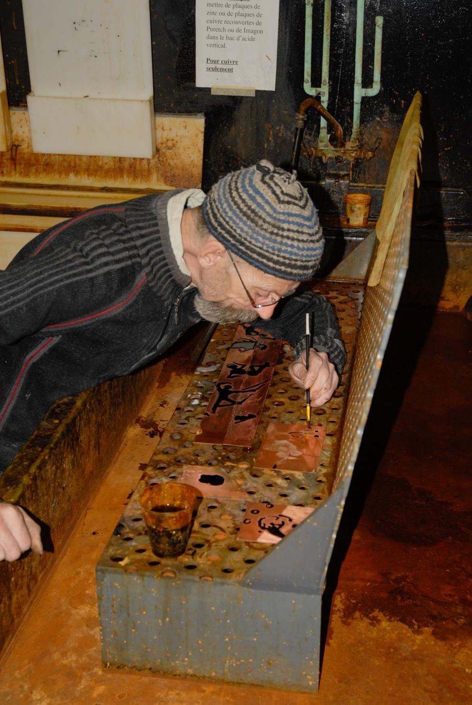 Louis-Pierre Bougie gravant au spit bite dans son atelier