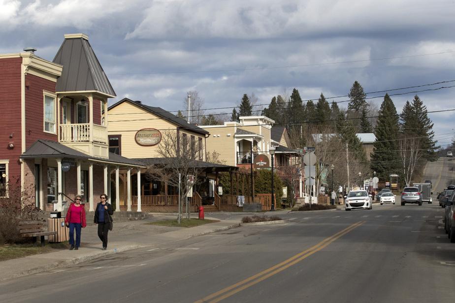 La rue de l'Église, au centre-ville de Val-David