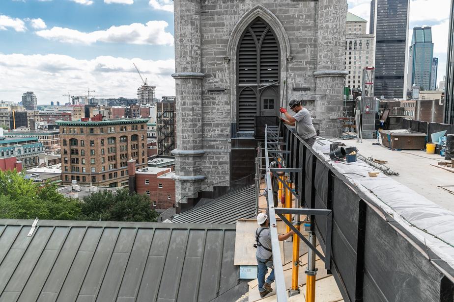 Des ouvriers travaillent actuellement à la réfection de la façade nord.