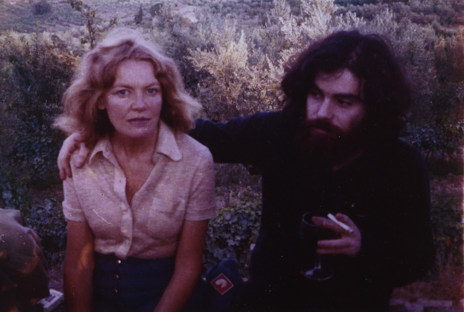 Françoise Sullivan et Gianfranco Sanguinetti, La pieve di San Cresci, Greve in Chianti, été 1972, photo de Geoffrey Ewen. Archives personnelles de Gianfranco Sanguinetti. Avec l'aimable permission de Françoise Sullivan et Gianfranco Sanguinetti.