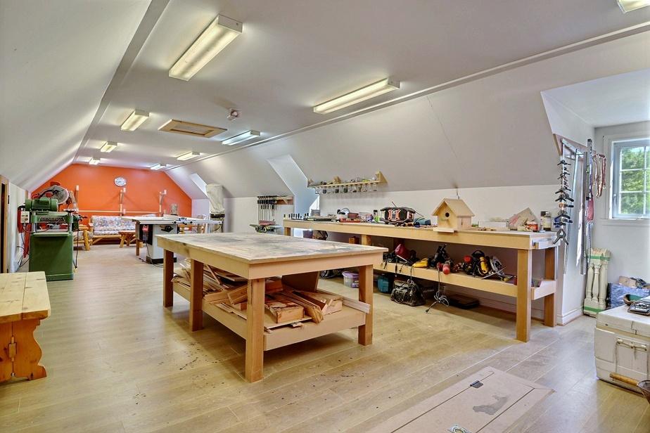 Un atelier, tout aussi vaste (1330pi2), se trouve à l'étage du garage. À noter que c'est chauffé et isolé.
