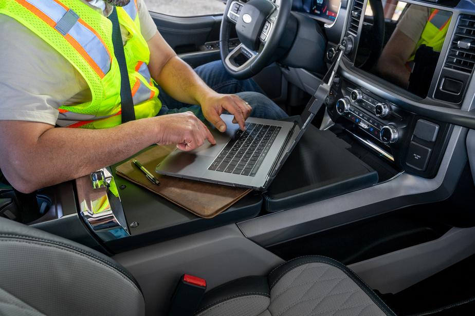 Le levier de vitesses peut se rabattre dans la console centrale pour permettre d'y allonger des panneaux repliables et ainsi en faire un espace de travail.