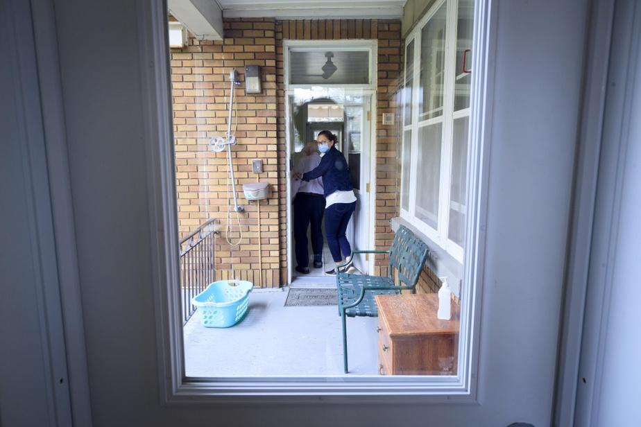Elle le fait entrer par une deuxième porte située juste en face de l'entrée principale. Le résidant collabore sans problème.