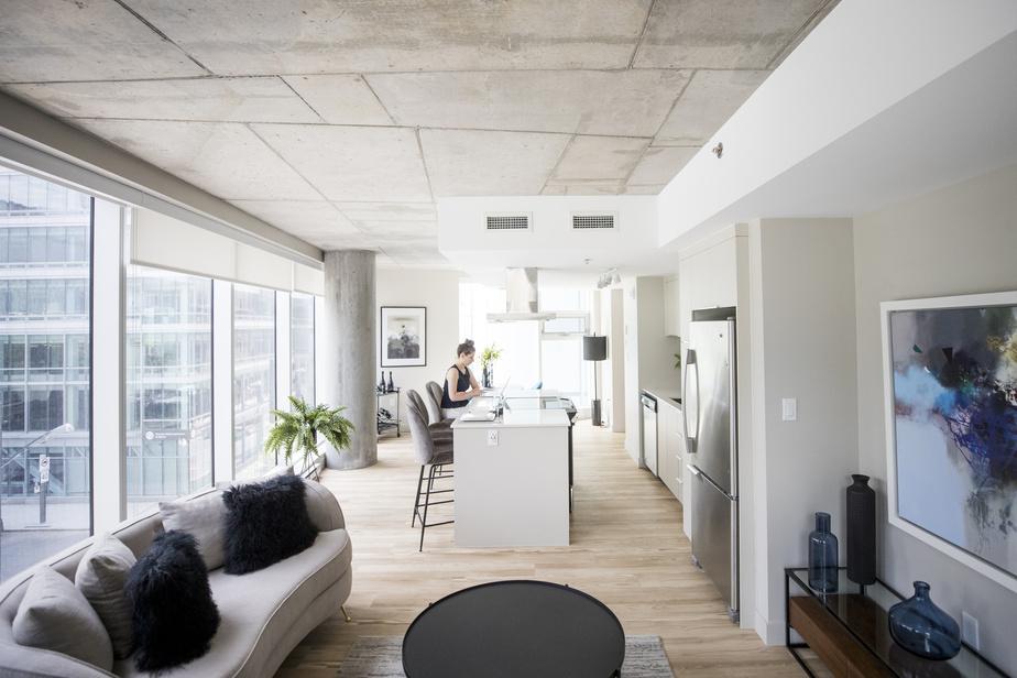 L'appartement locatif témoin, où travaille DaphnéGohier, agente de location, est baigné de lumière. Tous les espaces de vie sont situés à 7,5m ou moins d'une fenêtre.