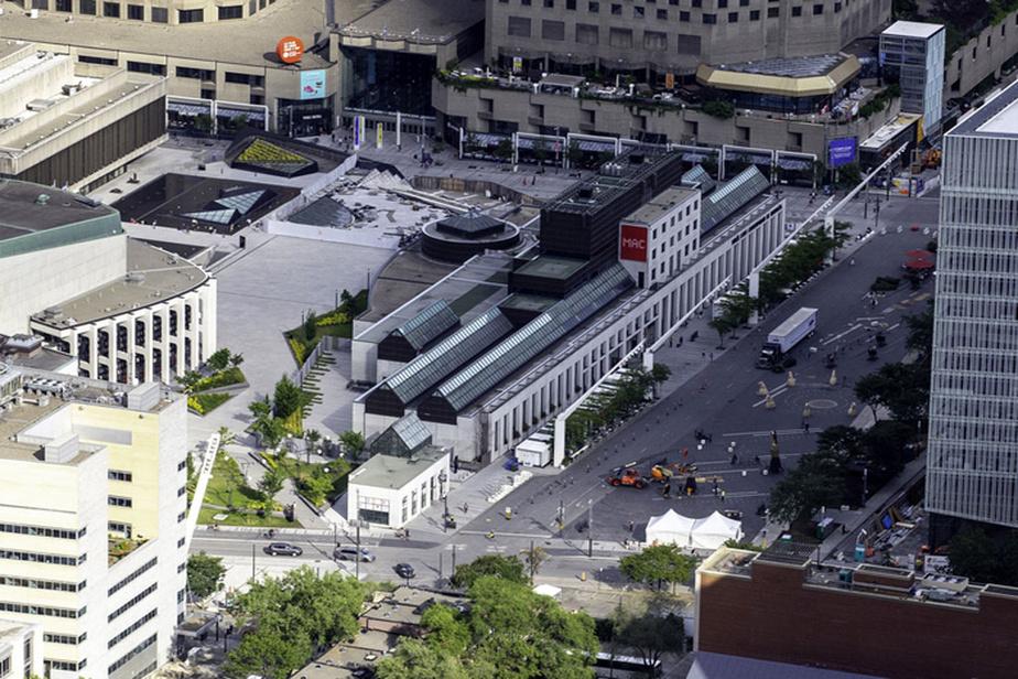 Au cœur du Quartier des spectacles et de la place des Festivals, le Musée d'art contemporain de Montréal fait une belle place aux artistes locaux et émergents cet été.