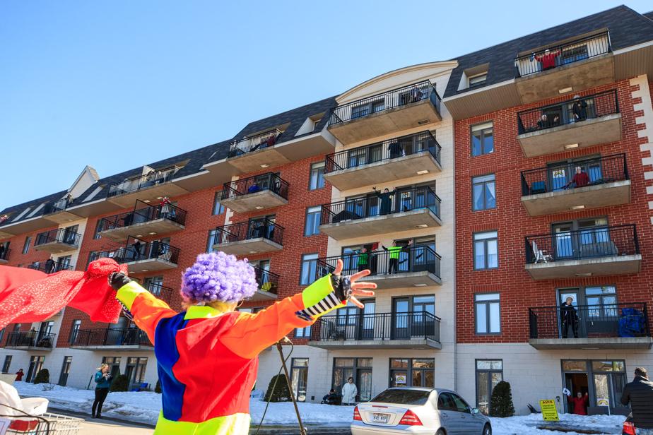 27mars2020. Une résidence de Blainville organise une séance de rumba-balcon. L'animatrice Antidote donne les consignes aux résidants qui regardent le spectacle depuis leurs balcons. Moment de bonheur dans un quotidien confiné.