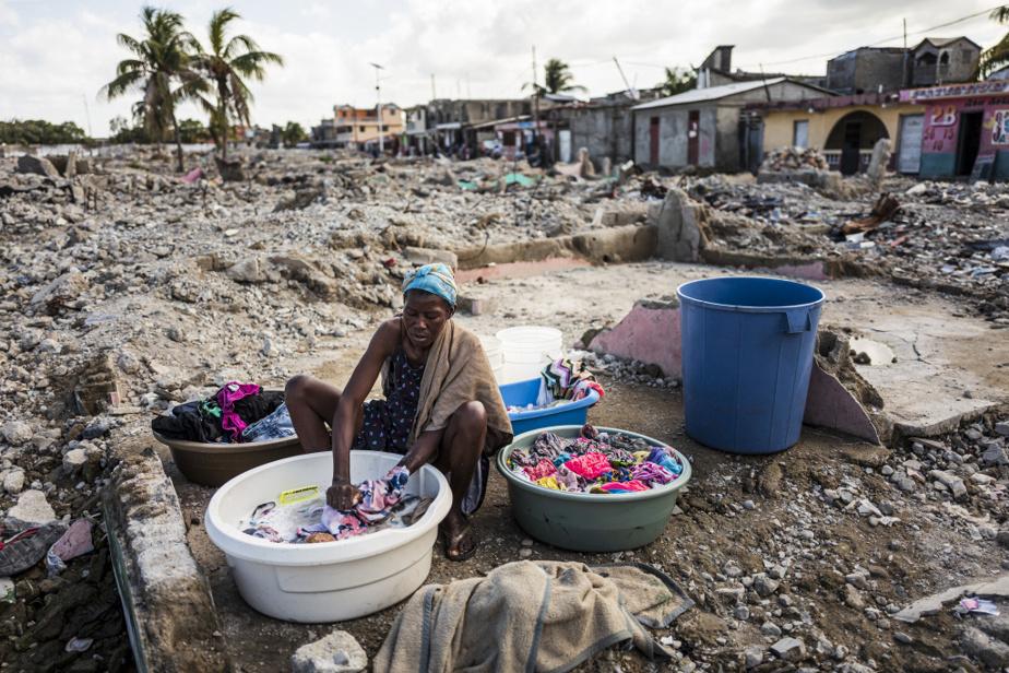 Une femme habitant le bidonville de Conassa fait sa lessive dans les ruines du quartier adjacent, ShadaII, qui a été rasé l'été dernier. Les autorités ont justifié la destruction de ShadaII par l'assassinat d'un policier par un gang armé qui y avait ses quartiers. Plus de 10000personnes ont dû être relocalisées.