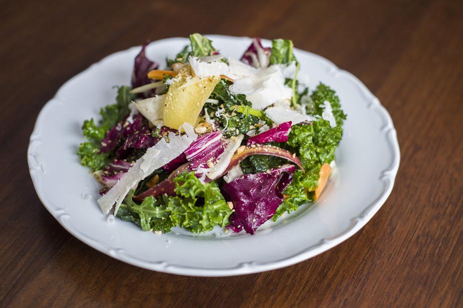 La salade d'hiver, particulièrement réussie, qui combine du kale tendre, du radicchio, du fenouil, des noisettes et du parmesan