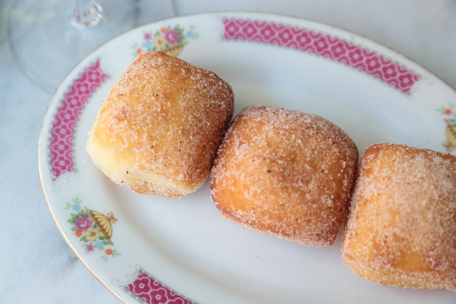 Les beignets fourrés avec une purée de noix de coco et pandan