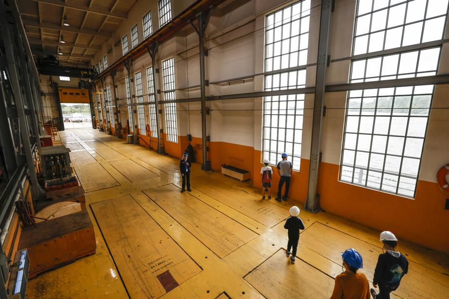 Ces trappes dans le plancher permettent d'insérer des portes pour stopper l'eau lors d'opérations de réparation ou d'entretien.