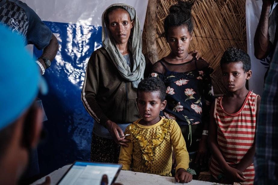 Une famille éthiopienne en exil s'inscrit au registre de distribution alimentaire du camp d'Um Rakuba.