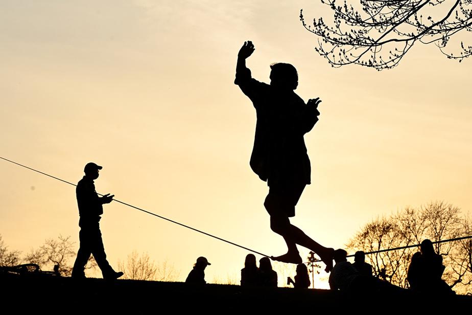 Au parc Jeanne-Mance, à Montréal, des gens profitent des dernières minutes avant le couvre-feu.