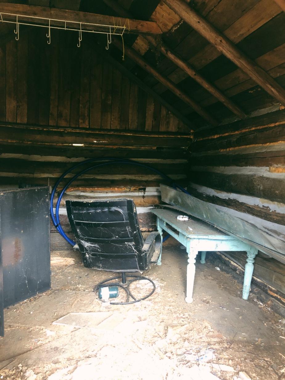 Le plancher de la cabane a été redressé et isolé pour que les lieux puissent être accueillants en hiver.