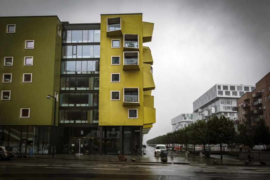 Le bâtiment moderne et coloré a été conçu par les gagnants d'un concours d'architecture.