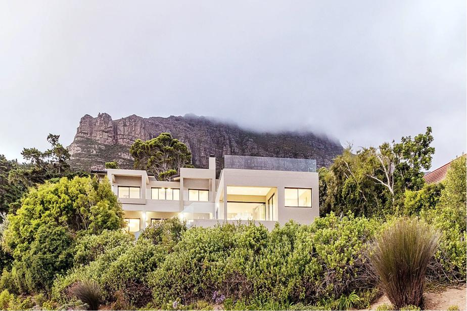 La situation géographique de cette maison contemporaine, adossée aux montagnes de la péninsule du Cap, est idéale.