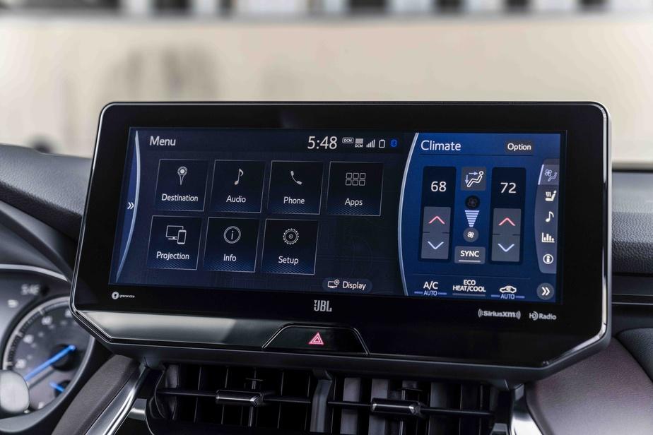 Des touches agréables au toucher tapissent la console centrale, banalement surplombées par un écran d'infodivertissement tactile dont la dimension varie (entre 8 et 12,3pouces) selon la déclinaison retenue.