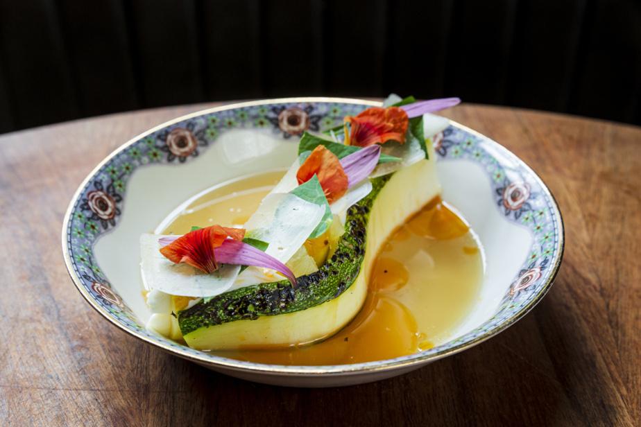 Un plat de courgettes grillées, fromage frais et eau de maïs, aussi étonnant que délicieux.