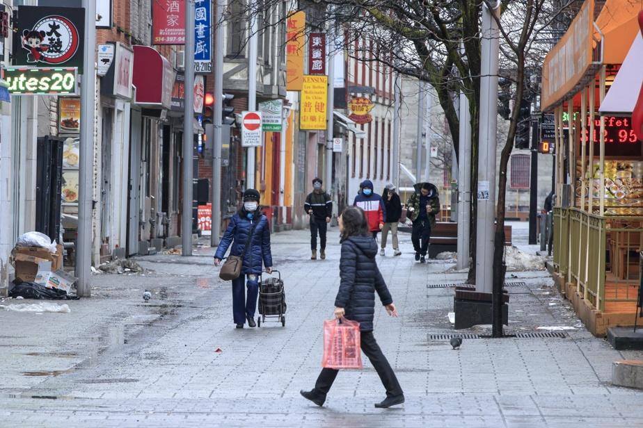 L'exclusion, pure et simple Si la taxe par tête était discriminatoire, ce qui est venu après était bien pire. Une loi adoptée en 1923 visait à exclure carrément les immigrants d'origine asiatique. Dans les 20 années qui ont suivi, tout juste 50 personnes d'origine asiatique ont pu s'établir au pays. Ceux qui y étaient déjà ont été mis à l'écart de la société. Les immigrants chinois n'avaient pas le droit d'être propriétaires de quoi que ce soit à l'extérieur des quartiers qui leur étaient assignés. Ainsi sont nés les quartiers chinois du pays, dans la marginalisation crasse. Sur la photo: le quartier chinois de Montréal.
