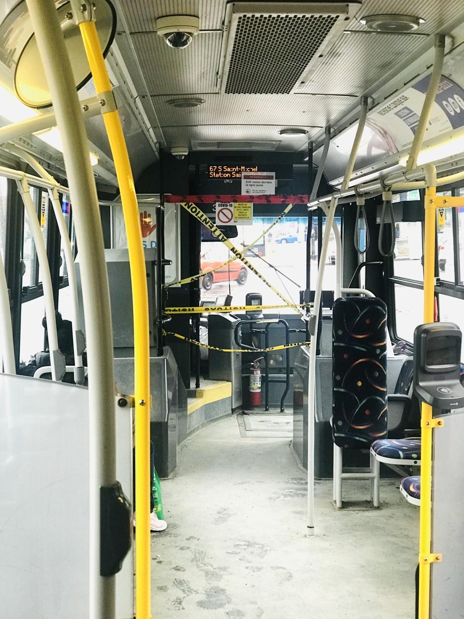 Presque vides, les autobus n'avaient rien d'invitant en mars2020. Sur cette photo d'un véhicule de la ligne67 Saint-Michel par unpassager, des rubans de police servaient à isoler le chauffeur. L'embarquement se faisait alors par les portes arrière.