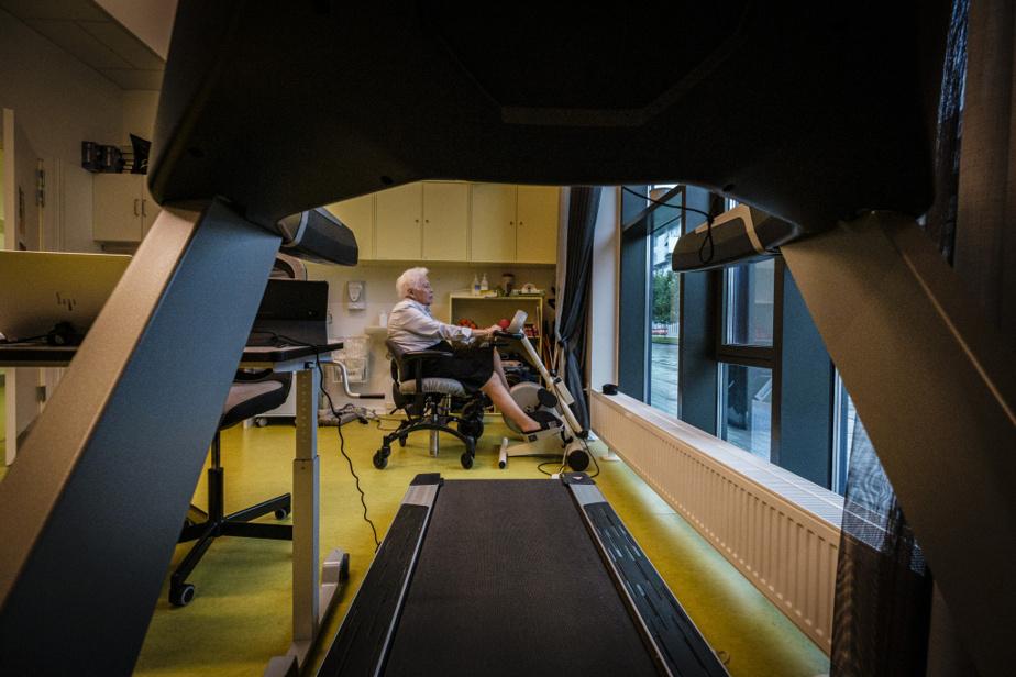 Durant la première vague de COVID-19 au printemps2020, 445résidants danois ont contracté la maladie dans 88 des 932centres d'hébergement pour aînés du pays. En tout, 133résidants y ont succombé. Durant la même période au Québec, les trois quarts des 412CHSLD ont été touchés par la COVID-19 et 3700personnes âgées hébergées en sont mortes.