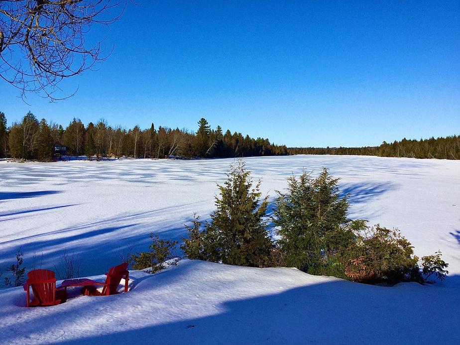 La rivière Saint-François disparaît au cœur de l'hiver et laisse place à un immense champ de neige où l'on peut faire de la motoneige et de la raquette. Quand la température le permet…