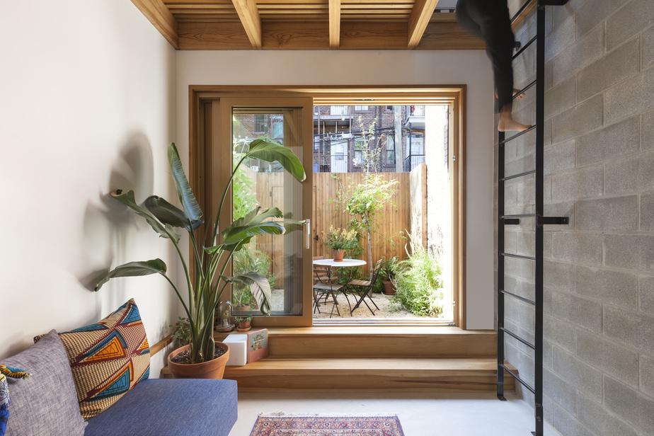 Le salon s'inscrit désormais dans le mini-agrandissement. L'insertion d'une porte-fenêtre pleine grandeur lie l'intérieur à l'extérieur et crée une sensation de prolongement.