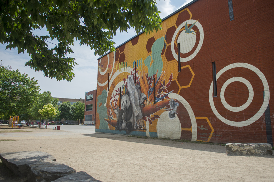 Vivre ensemble (2020) par Sophie Wilkins, avec la collaboration d'Anik Favreau, au 11813, boulevard Sainte-Gertrude. Élaborée en collaboration avec les élèves de l'école Sainte-Gertrude pendant le confinement, cette œuvre murale représente le monde et la communication, à travers des animaux provenant de divers continents.