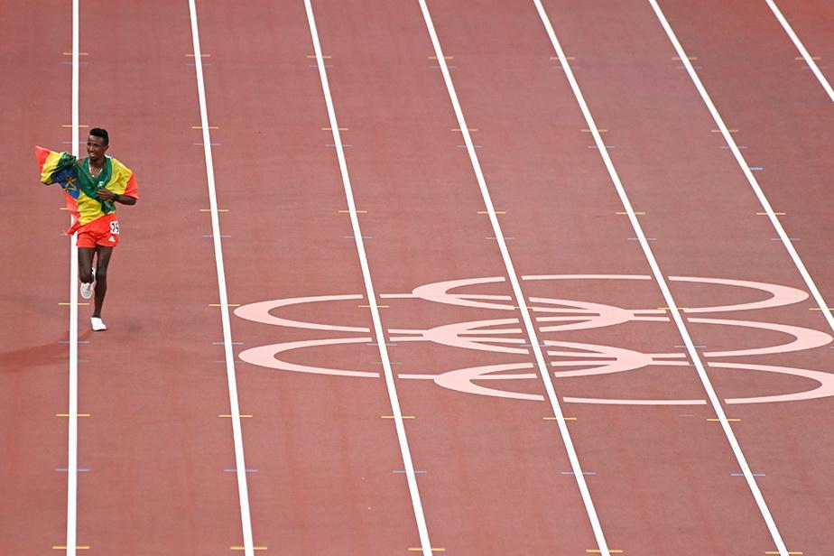 L'Éthiopien SelemonBarega célèbre sa victoire au 10000m.