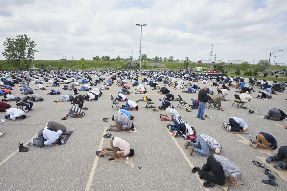 Des milliers de musulmans ont prié dans le stationnement du Centre islamique du sud-ouest de l'Ontario, où avaient lieu les funérailles.
