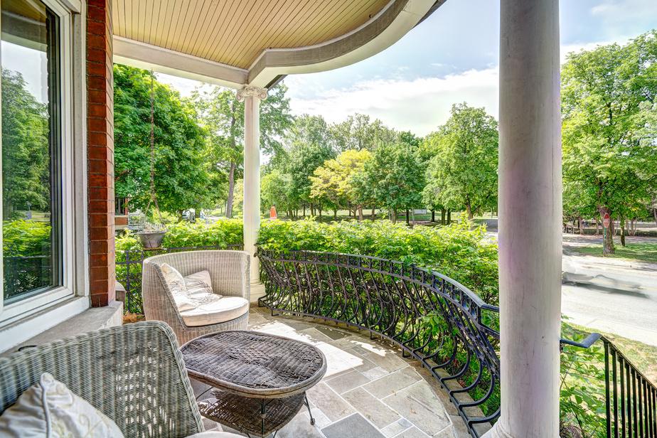 La terrasse du rez-de-chaussée invite à rêvasser face au parc Beaubien.