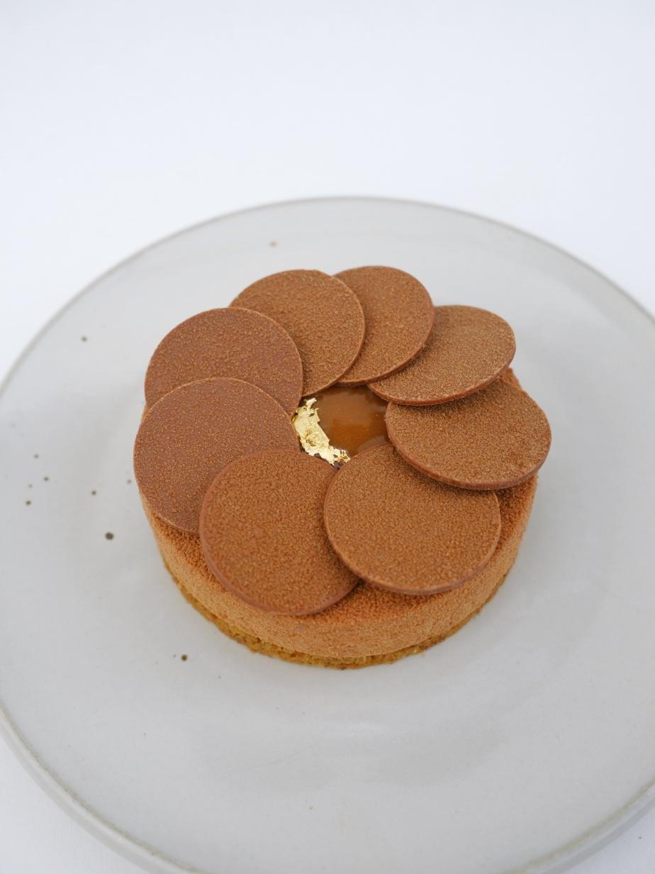 Chocolat et arachide: ganache montée chocolat, praliné coulant arachide, biscuit financier arachide, sablé breton reconstitué, caramel salé, feuille d'or.