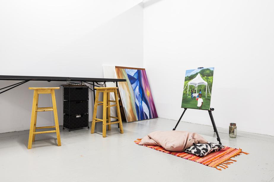 Dans la galerie d'art, des artistes peuvent louer de petits espaces de création.