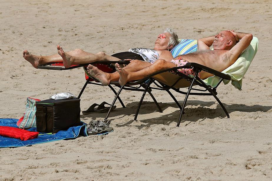 Luce Courchesne et Gilles Gauthier prennent un bain de soleil à la plage d'Oka.