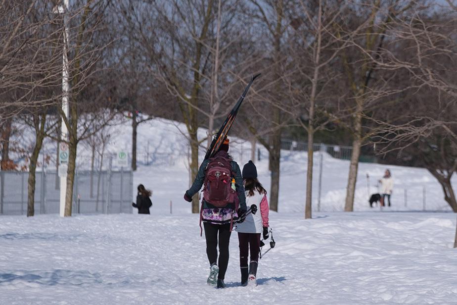 Des skieuses sont en direction des pistes du ski de fond du Parc Jarry.