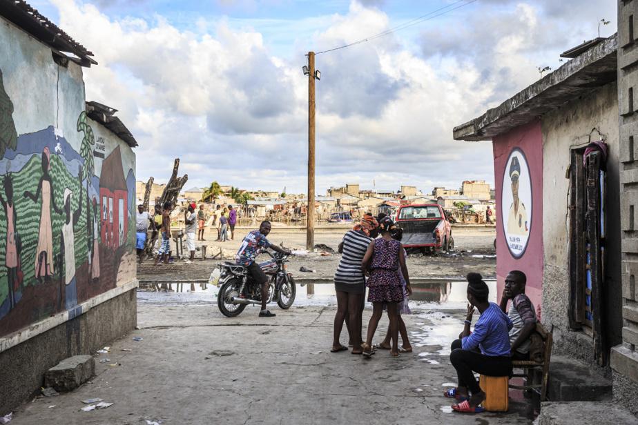 Vue du bidonville de Barrière Bouteille, au premier plan, et de celui de Conassa, à l'arrière-plan, des quartiers dépourvus de système de distribution d'eau, d'égouts, d'électricité et d'autres infrastructures publiques, construits sur la mangrove et sur l'eau.