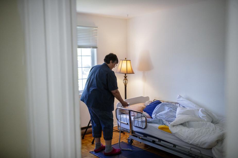 Joanne Adams ne connaît pas l'auxiliaire aux services de santé et sociaux (ASSS), soit l'équivalent d'une préposée aux bénéficiaires à domicile, qui se présente ce matin chez elle. « Ce n'est pas souvent la même personne qui vient », dit-elle. Mme Adams se dirige vers la chambre de sa mère, encore endormie.