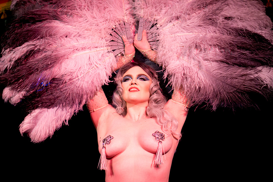 10 janvier 2020. Oui, oui, nous sommes bien à Montréal, au Wiggle Room, un cabaret entièrement consacré au burlesque. Sur la photo, le numéro de Honey Lustre.