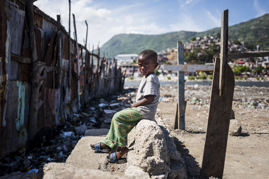 Un garçon habitant le bidonville de Conassa, qui empiète aussi sur la rivière du Haut-du-Cap, en face de Barrière Bouteille. Cesquartiers, aux conditions de vie très rudes, gonflent au rythme des catastrophes naturelles, qui augmentent avec leschangements climatiques. Haïti compte 53000déplacés internes, l'immense majorité en raison des désastres naturels.