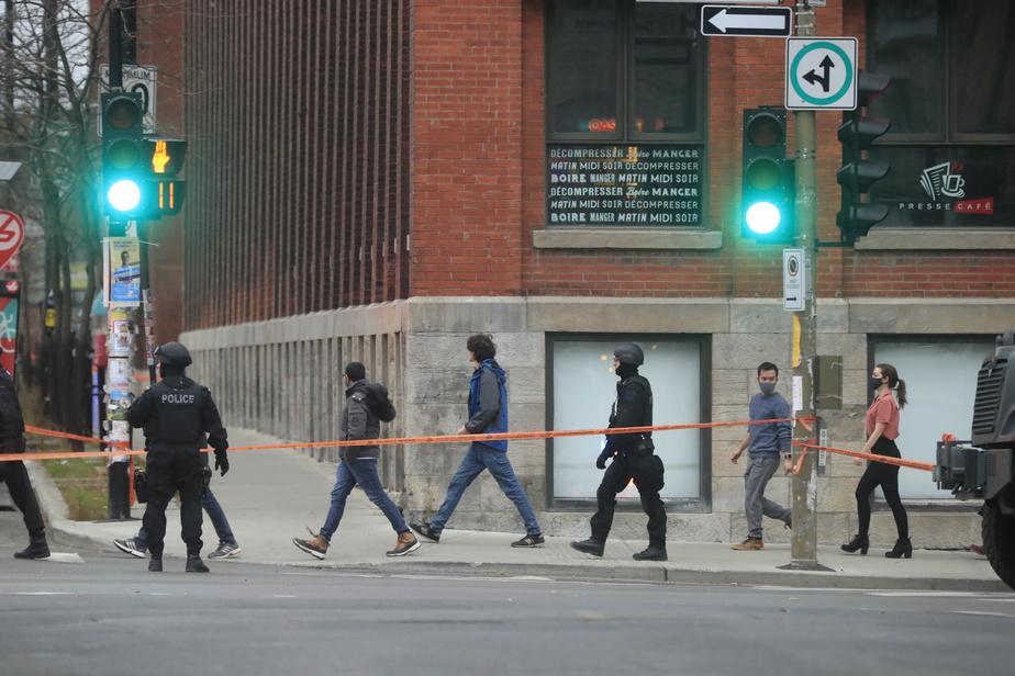 Dès 15h30, plusieurs groupes d'employés, par dizaines, ont commencé à être évacués du bâtiment par des policiers.