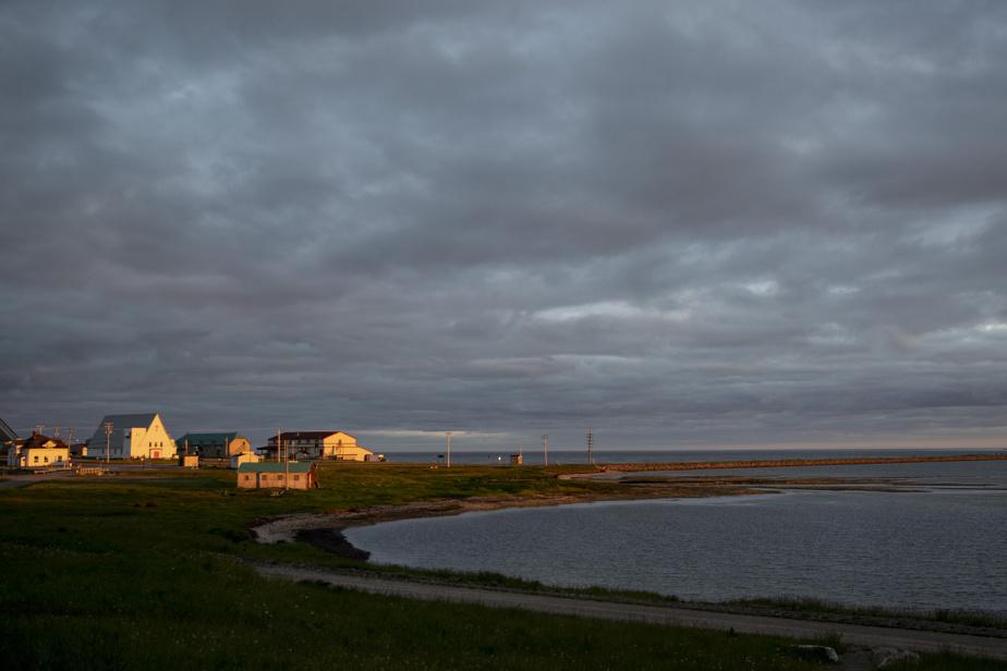 Vue de Port-Menier, seul village d'Anticosti, au coucher du soleil