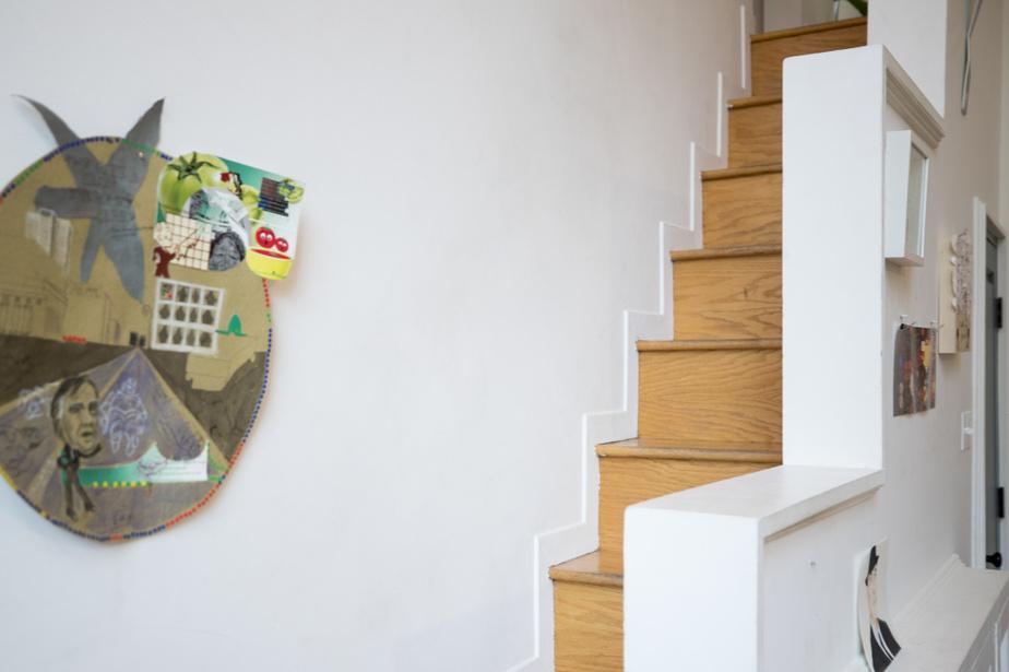 Étroit et abrupt, l'escalier qui mène au deuxième palier est tout à fait hors standards. Le garde-corps sert de rampe.