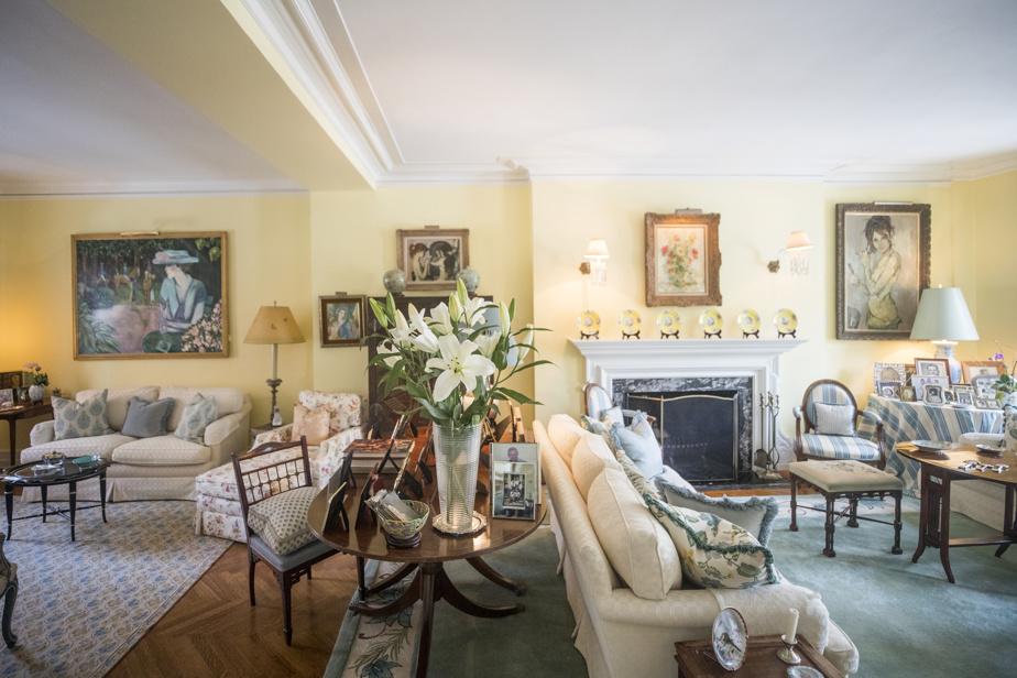Grande pièce à l'étage qui va de l'avant à l'arrière de la maison. Elle sert de salon.