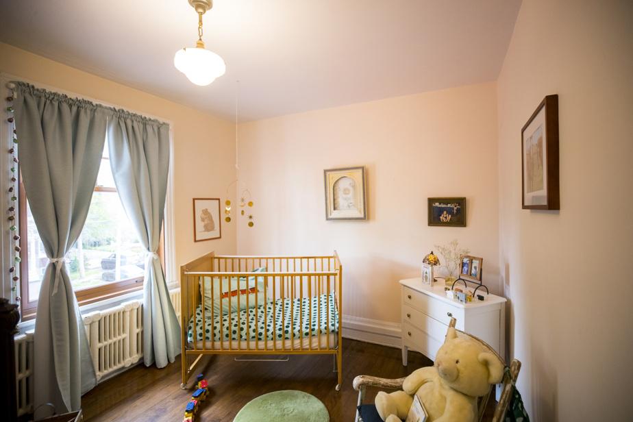 Les propriétaires ont aménagé une chambre de bébé pour leur petit-enfant qui vient de naître.