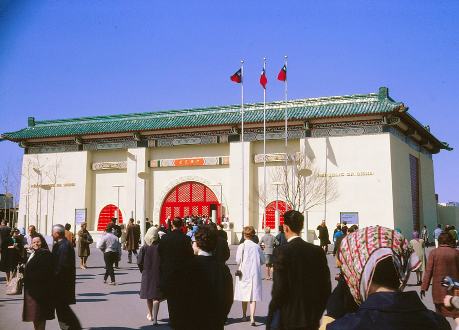 Après l'Expo, une nouvelle ère Ce n'est qu'en 1967, fameuse année de l'Expo, que les mesures discriminatoires à l'endroit des immigrants asiatiques ont été abandonnées et qu'une politique d'immigration, basée sur un système de points prenant en compte éducation, expérience de travail et connaissance linguistique, est entrée en vigueur. Depuis une vingtaine d'années, l'Asie est le principal continent d'origine des nouveaux immigrants au Canada, mais aussi au Québec. Au recensement de 2016, plus de 500000 Québécois se disaient d'origine asiatique, soit 6% de la population. Sur la photo: le pavillon de Taïwan à l'Expo 67.