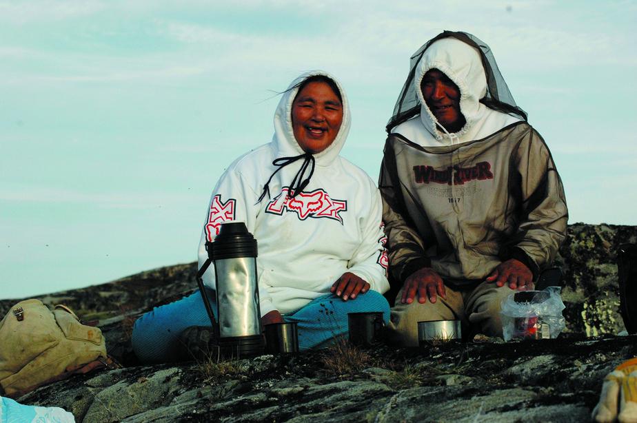Dans la toundra avec Martha (l'amie de Danielle Perreault) et son mari Eliyasa, à Puvirnituq, en 2001