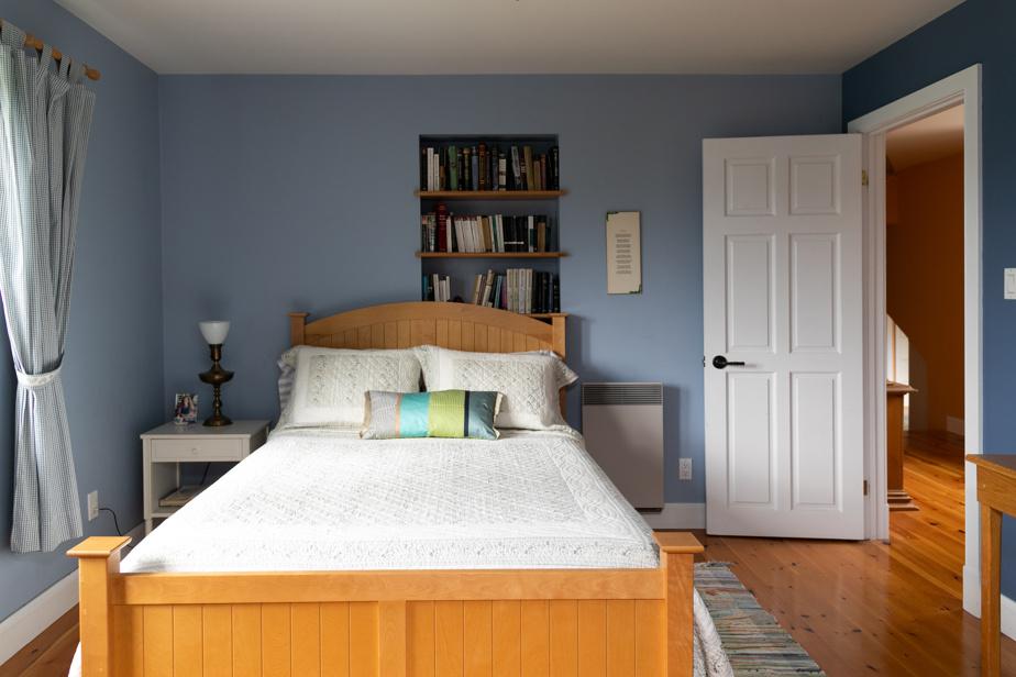 Une des cinq chambres qui accueillent les invités. Dans chacune, on a pris soin d'inclure un placard ou une armoire de rangement.