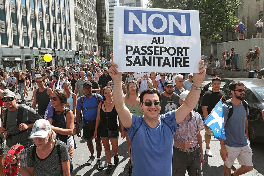 Des milliers de manifestants se sont réunis dans les rues de Montréal, le 14août dernier, pour exprimer leur opposition à la mise en place du passeport vaccinal dans la province.