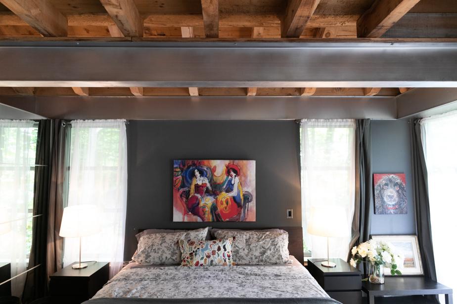 Dans la chambre située au rez-de-chaussée, les fenêtres sont orientées de façon stratégique et le propriétaire a la chance de voir le reflet du lever du soleil dans un miroir fixé en biais du lit chaque matin.
