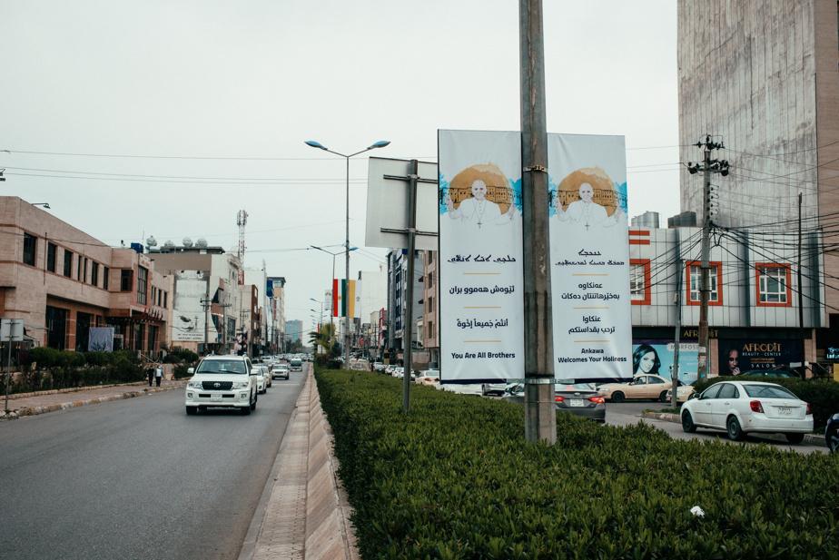 Le quartier chrétien d'Ankawa, à Erbil, est tapissé de messages d'accueil pour le pape François.